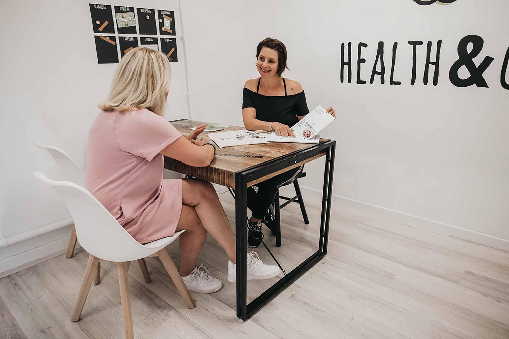 Gewichtsconsulente Willemijn in haar praktijk te Made