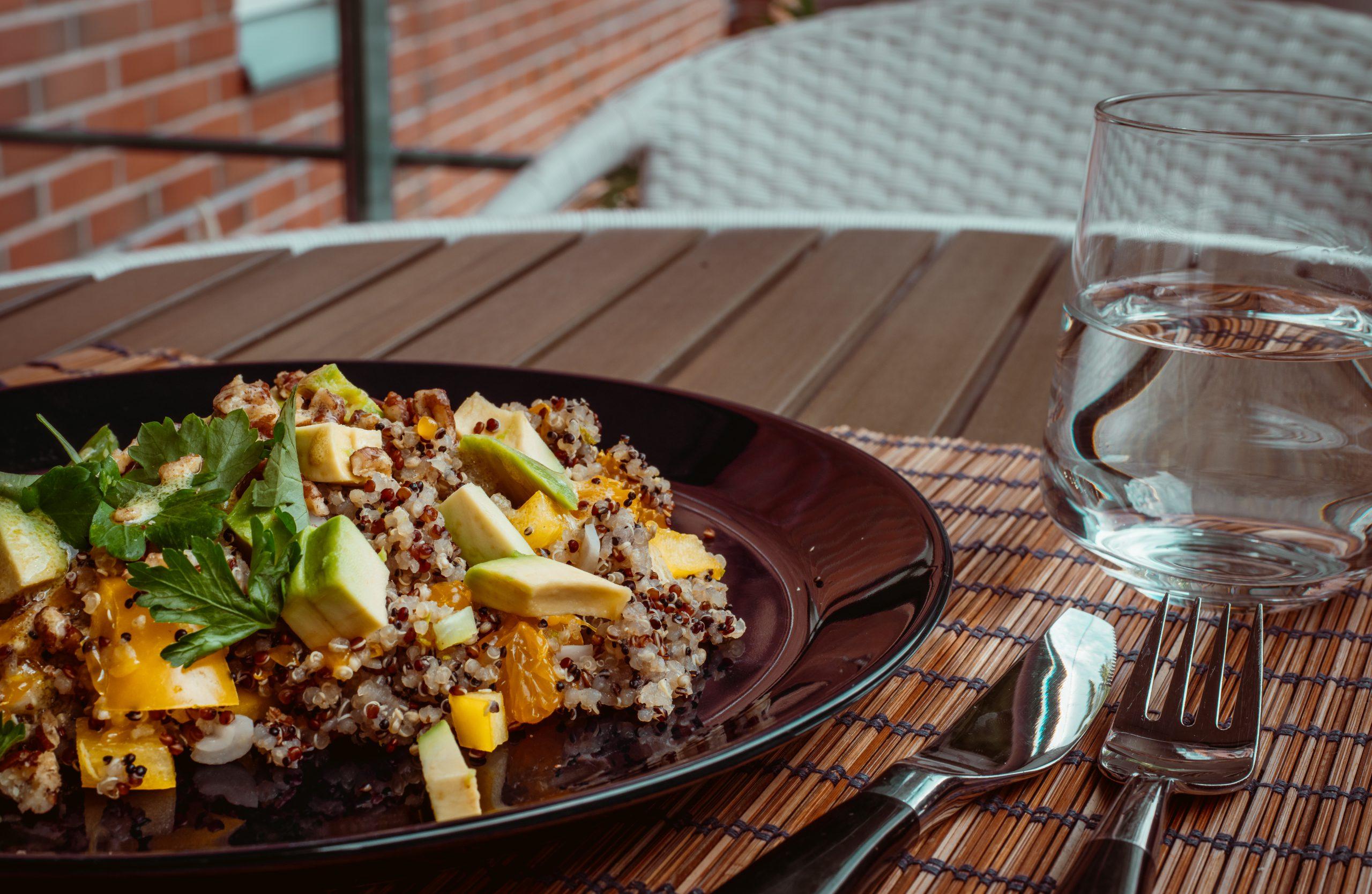 Quinoa-avocado salade met mandarijndressing
